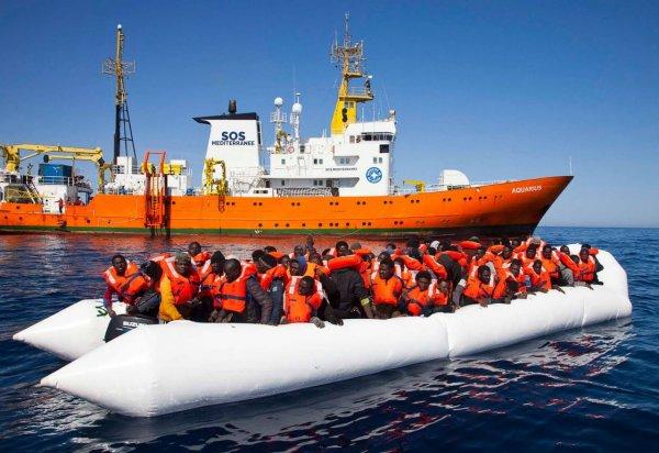 «Врачи без границ» попросили Италию принять корабли с беженцами