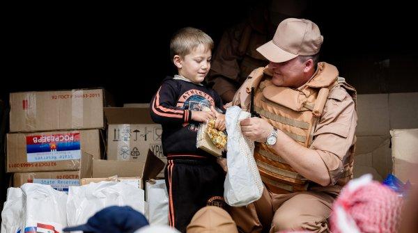 Российские военные раздали более 7 тонн гуманитарной помощи в сирийском Кафр-Батне