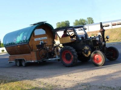 Немец едет в Москву на тракторе с бочонком смотреть футбол