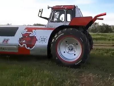 Видео: Трактор-лимузин покорил сердца российских фермеров