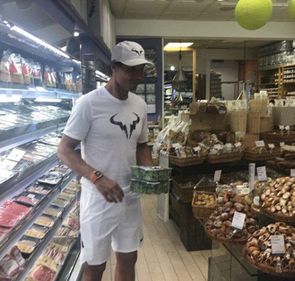 Рафаэля Надаля заметили в продуктовом магазине после победы на Уимблдоне