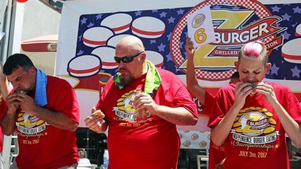 В США худая женщина установила рекорд по поеданию бургеров