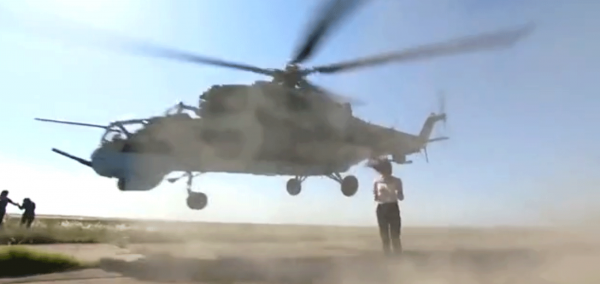 Отважная журналистка выстояла под лопастями вертолетов