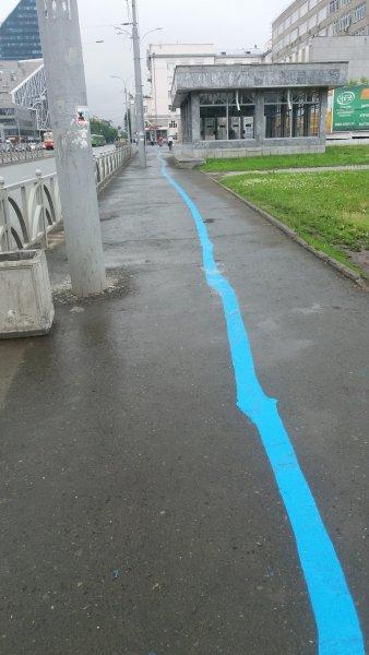 «Не руками, но от души»: в Екатеринбурге нарисовали синюю линию-путеводитель для паломников