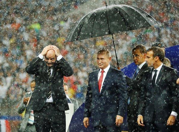 В Кремле оправдались за «единственный на всю Россию зонт» для Путина