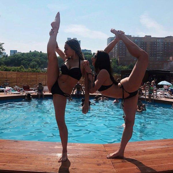 Новосибирские красавицы делятся в соцсетях эротичными снимками у воды
