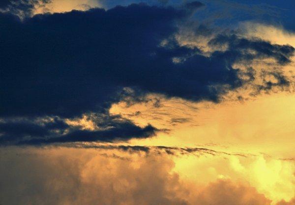 Жители Саратова обсуждают странное свечение в небе