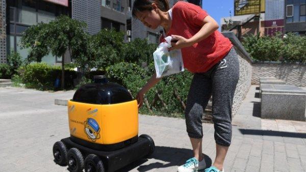 В Китае желтые роботы занимаются доставкой еды