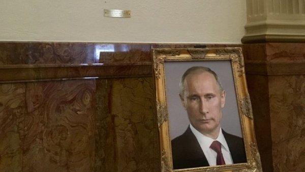 В американском Капитолии поставили портрет Путина вместо изображения Трампа