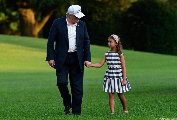Дональда Трампа критикуют даже за милое фото с внучкой