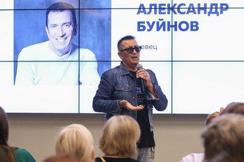 Певец Александр Буйнов встретился с волонтерами штаба Сергея Собянина