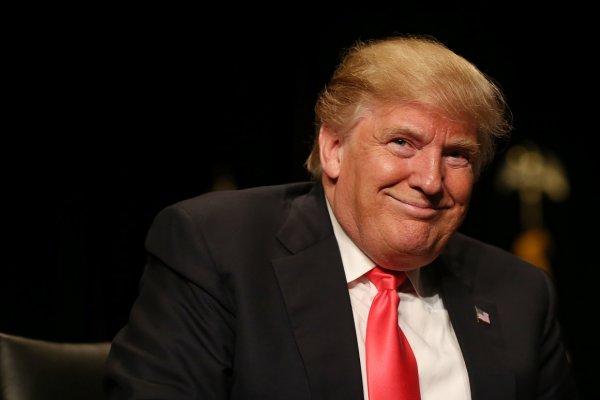 Экс-сотрудница Белого дома заявила, что Трамп ел бумагу в кабинете