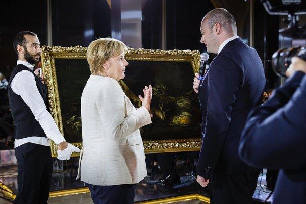 Меркель в Грузии спела любимую песню «Мы любим бури»?
