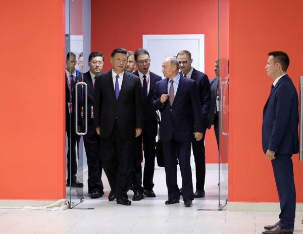 Путин и Си Цзиньпин приготовили блины с красной икрой во Владивостоке