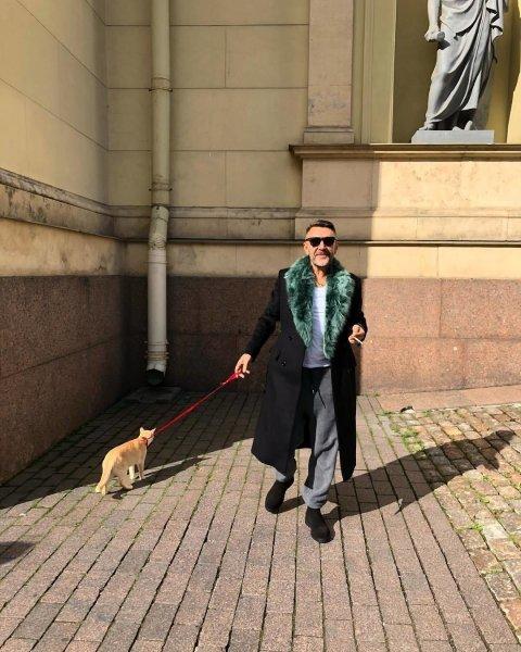 Шнуров выгулял рыжего кота возле Эрмитажа