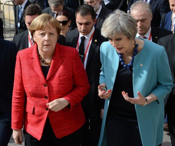 Меркель публично унизила Мэй, не поздоровавшись с ней в Зальцбурге