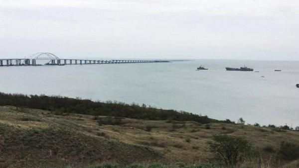 Аксенов назвал печальным зрелищем «два ржавых корыта» ВМС Украины на фоне Крымского моста