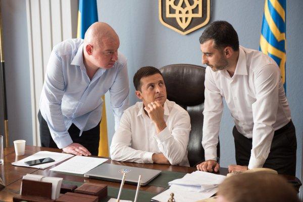 Владимир Зеленский в «Слуге народа» высмеял развязавшего войну Порошенко