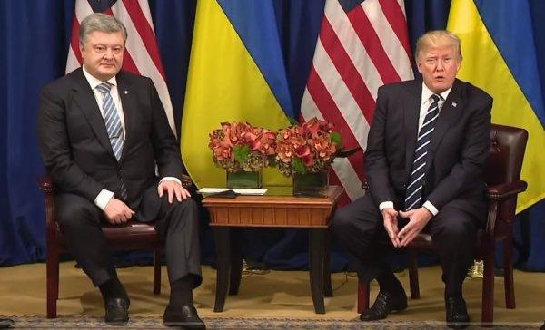 В соцсетях высмеяли снимки Трампа и Порошенко в одинаковых костюмах