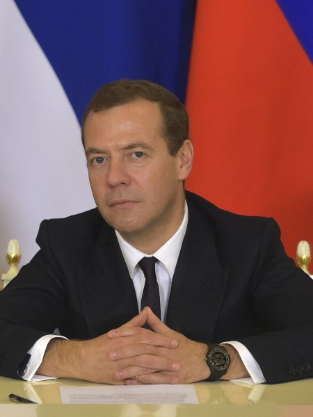 Медведев поздравил МХАТ с 75-летием и похвалил выпускников за независимость мышления