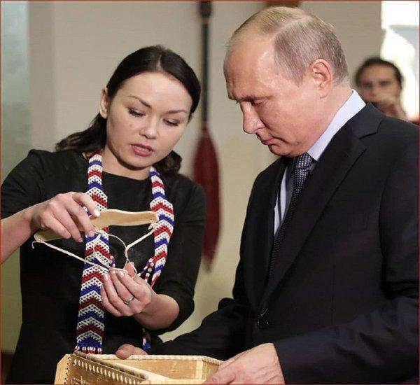 Путин в Ханты-Мансийске получил в подарок пояс против злых духов
