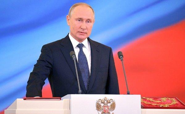 Глава Абхазии вручил Путину орден «Честь и слава»