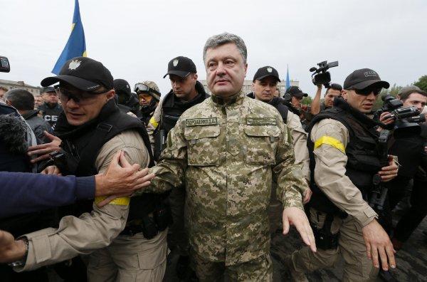 Порошенко на законодательном уровне закрепит воинское приветствие «Слава Украине!»