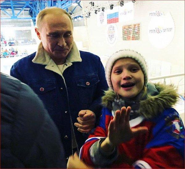 Путина, успокоившего заплаканную девочку, показали на видео