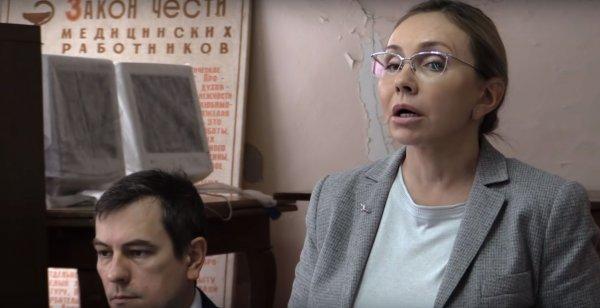 Рекомендовавшая медикам вымыть пол чиновница организовала уборку больницы