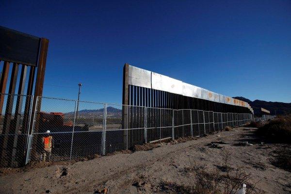 США сообщили о возведении нескольких секций стены на границе с Мексикой