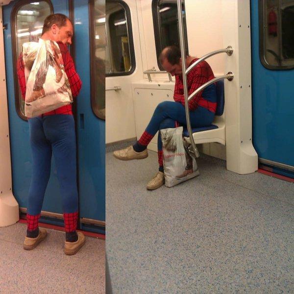 «Спасает Байкал?»: Москвичи посмеялись над «Медведевым» в метро в костюме человека-паука