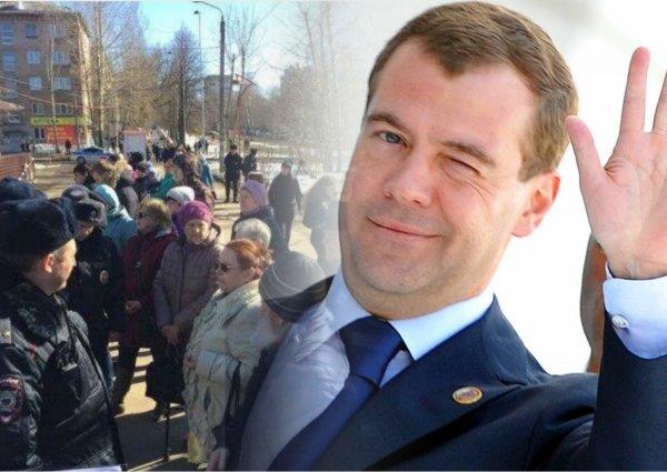 «Кыш, холопы, царь идет!»: Очередь из больных пермяков убрали с глаз премьера Медведева