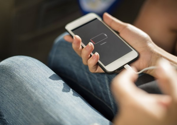 Зарядка на 100% «уничтожит» батарею смартфона