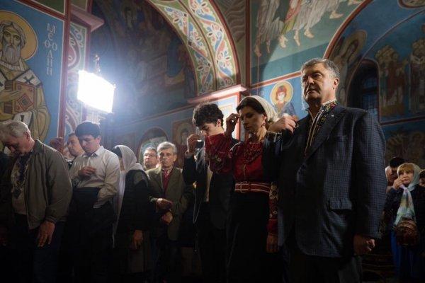 Пасхальная молитва за войну: о чём молил Бога Порошенко на пасхальной службе?