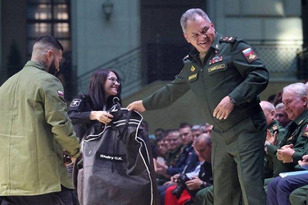 А Шойгу в курсе? «Псих» Тимати публично унизил армию, а теперь одевает ее