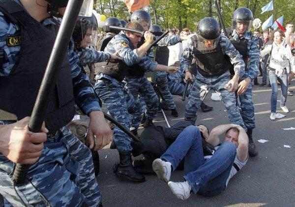 «Мент под ногами майора»: Силовики отказываются применять оружие на митингах