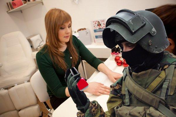 «И родину защитит, и на ноготочки запишет...». Экс-капитан спецназа ВС РФ подался в индустрию красоты