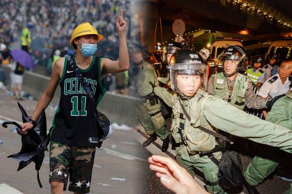 Полицейский спецназ Гонконга впервые применил боевое оружие против протестующих на видео