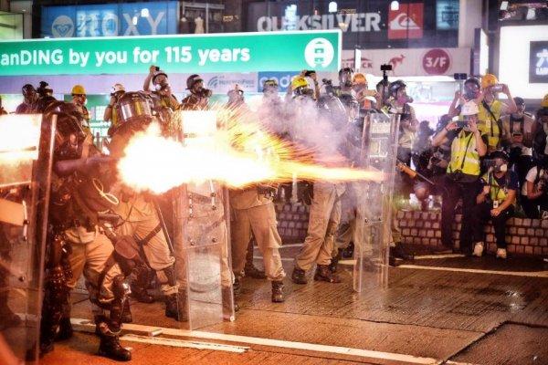 «...девчонок в казармы!» В Гонконге задержали более 200 протестующих