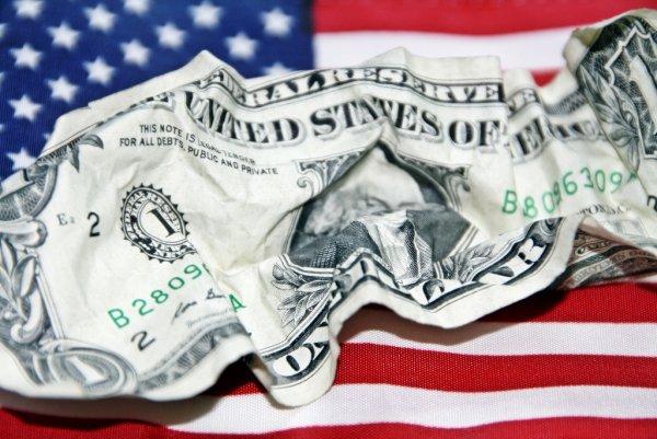 Избавиться от доллара – смерти подобно: 82% пенсий в мире оказались в американской валюте