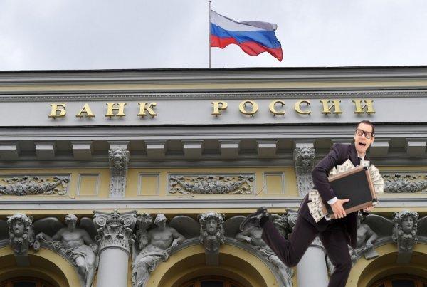 Спасать деньги, пока не поздно! Россияне массово забирают вклады из банков